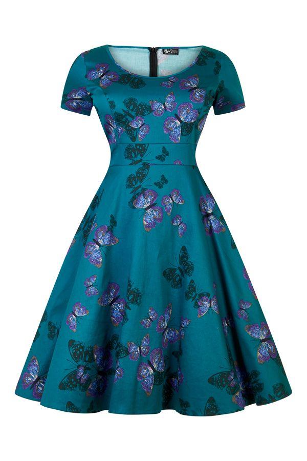 Lady V London Phoebe Butterfly Tea Šaty ve stylu 50. let. pro dámy plus size. Nádherné šaty, které prostě musíte mít! Jedinečná barva s motýlím potiskem vás přenese na rozkvetlé louky po celý rok a budete ozdobou každé akce. Příjemný pružný materiál (97% bavlna, 3% elastan), pohodlný střih s kulatým výstřihem, elegantní tříčtvrteční rukáv, v pase nejsou nabírané, ale příjemně projmuté, takže nepřidávají objem, ale perfektně sednou. Sukně je podšitá bavlněnou podšívkou zakončenou tylovým…