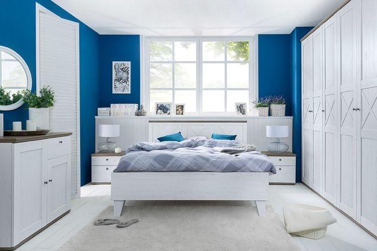 kobaltblaue Wände und pur weiße Möbel im Schlafzimmer