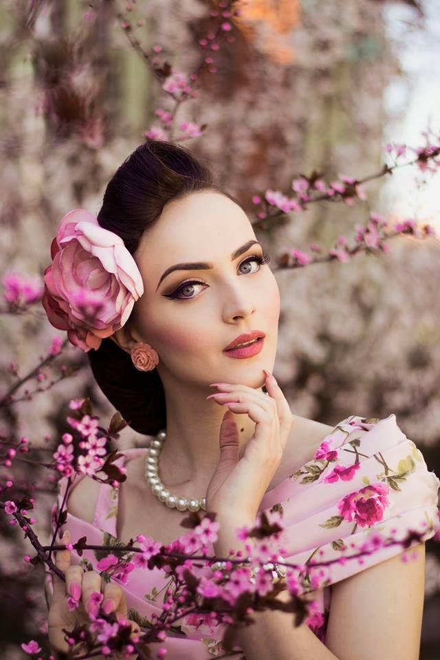 Idda Van Munster   Photo: Muna Nazak Photography Dress: Collectif Clothing / Misspoppywear Jewellery: Glitter Paradise Hairflowers: Jazzafine. pieces full of verve
