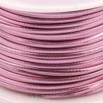 Lederband Metallic Rosa - dieses schicke Lederband in glänzender Metallic-Optik ist aus Kunstleder hergestellt. Sie hat ähnliche Eigenschaften, wie Naturmaterial:- Durchlässigkeit- Festigkeit- einfache Pflege Der Kern besteht aus geflochtener Baumwolle. Die äussere Beschichtung ist aus Polyurethan. Verwenden Sie das Lederband für selbst gemachte Ketten oder Armbänder und andere Dinge. Die Schnur ist sehr fest und lässt sich he...
