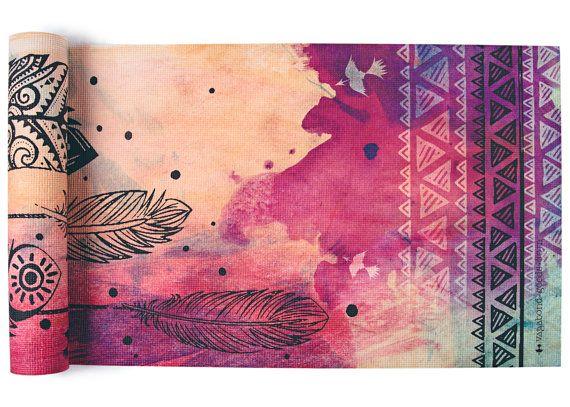 Unsere Prämie 72 x 24 Yoga-Matten sind extra dicke 1/4(latexfrei) und geringes Gewicht. Die Anti-Rutsch-Kissen-Textur fügt zusätzlichen Komfort in Hochspannung Positionen. Diese Matten sind langlebig und leicht zu pflegen, einfach Wasser und milde Seife verwenden, wischen Sie und Luft trocknen.  Unsere meistverkaufte Matte Dream Weaver mit farbigem Hintergrund weiches Wasser und Fett Grafik Federn sorgt für einen schönen Zen-Raum für Ihre Praxis! ein Grab, und bringen Farbe und Kunst in…