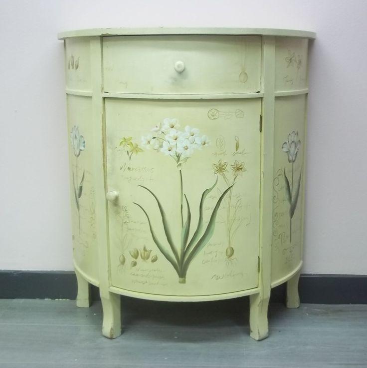 Muur kastje.Het muur kastje is heel erg mooi beschilderd. Eigenlijk te mooi om te verkopen. Hoog 78cm Breed 70 cm Diep 31 cm