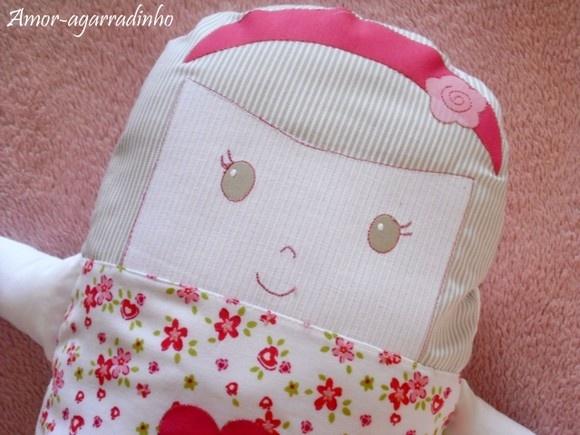 Muito macio, feito todo em percal (tecido 100% algodão), este naninha vai ser um ótimo companheiro para seu bebê na hora de dormir. O rosto da menininha é todo bordado, não tendo nenhum elemento que se desprenda e o enchimento é antialérgico, anti-mofo e antibacteriano. Sua capa é removível para lavagem, como se fosse uma fronha de travesseiro, o que facilita a higienização da peça. É excelente também para decorar o quarto. Ela tem até sainha balonê... E para deixá-la ainda mais especial…