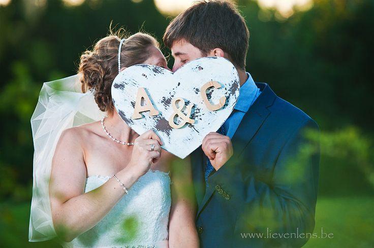 Met een heel eenvoudige en rustige achtergrond kan je heel mooie en originele huwelijksfoto's maken.