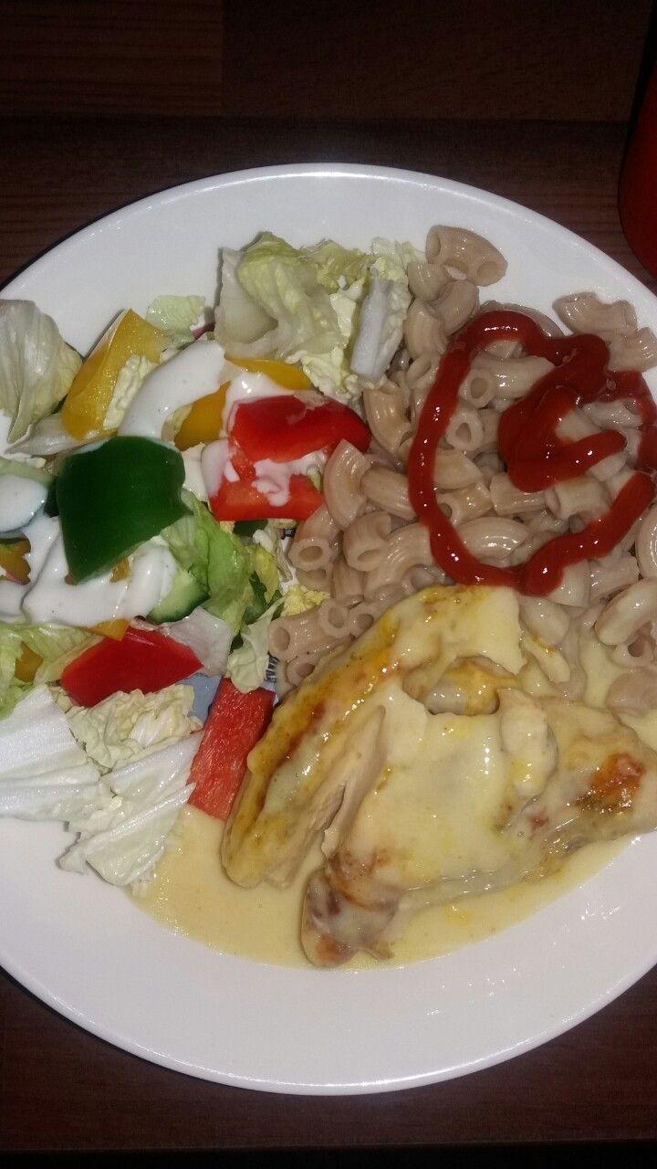 Makaroni ja kana kermakastikkeessa salaatin kera