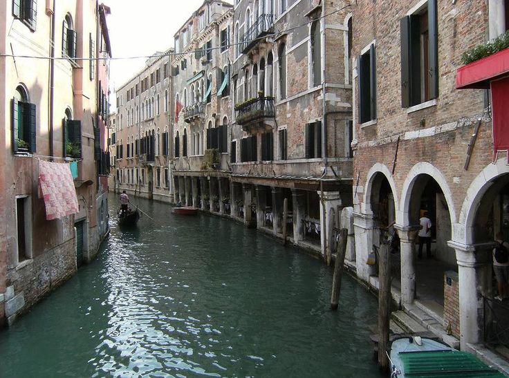 Италия - Italia Столица: Рим (население — 2, 7 млн. чел. ).  Крупнейшие города: Милан (население — 1, 5 млн. чел. ), Неаполь (население — 1, 1 млн. чел. ), Турин (население — 992 тыс. чел. ), Генуя (население — 700 тыс. чел. ).