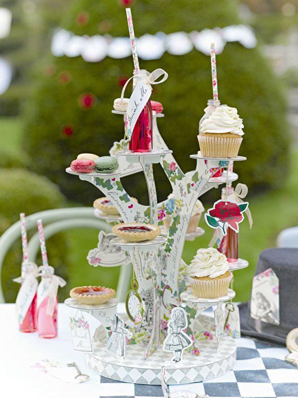 Onze betoverende Alice in Wonderland boomvormige cakestand is de etagère die de laatste hand aan je feesttafel zal leggen.  Perfect voor bruiloften , afternoon tea feesten en andere speciale gelegenheden.  Deze indrukwekkende cakestand houdt tal van lekkere cupcakes , broodjes, hapjes , die moeten pronken!  Het perfecte middelpunt voor een feest , versier de tafel met onze Alice in Wonderland etagère voor de echte wauw factor.