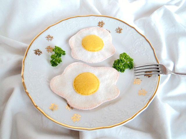 Volské oko Hostinec U kulaté báby rozšiřuje své snídaňové menu o vynikající čerstvévolské oko. Ušito z plsti, žloutek mírně vyplněn kuličkovým dutým vláknem. Rozměry: 7 X 7 cm, 9 X 7 cm ( Velikost možno upravit dle vašeho přání) Hračka do dětské kuchyňky či obchůdku, doplněk k nejrůznějším tvořivým hrám ( např. snídaně pro panenky, doplněk ...