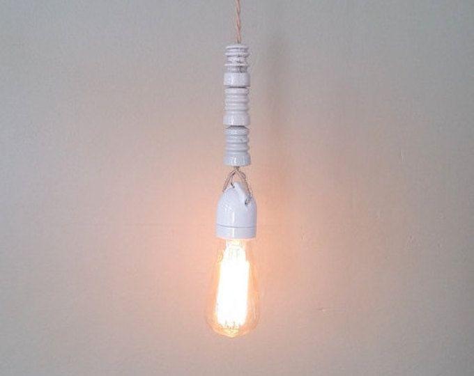 Industriële upcycled lamp, gemaakt van antiek wit porselein fencewire isolator. Gedraaid snoer met canvas. Vintage. Licht. Ontwerp. Brocante.