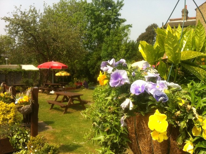 The Viaduct Hanwell Pub and Restaurant | Garden View