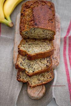 Prosty i zdrowy chlebek bananowy. Choć nazwa tego wypieku sugeruje, że mamy do czynienia z pieczywem – nie dajcie się zwieść pozorom. Tak naprawdę jest to ciasto, choć kształtem faktycznie przypomina chleb. Dzięki bananowi chlebek jest przyjemnie słodki i wilgotny. Jego przygotowanie jest banalnie proste. Jeżeli wybierzemy mąkę pełnoziarnistą i ograniczymy cukier oraz tłuszcz, chlebek bananowy może okazać się też całkiem zdrowy. #chlebek #bananowy #dieta #banany ##mąka ##pełnoziarnista