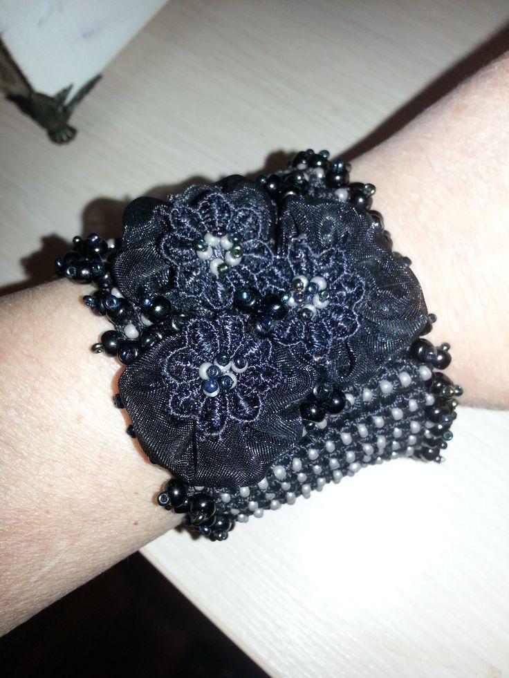 Вязаный и расшитый бисером браслет