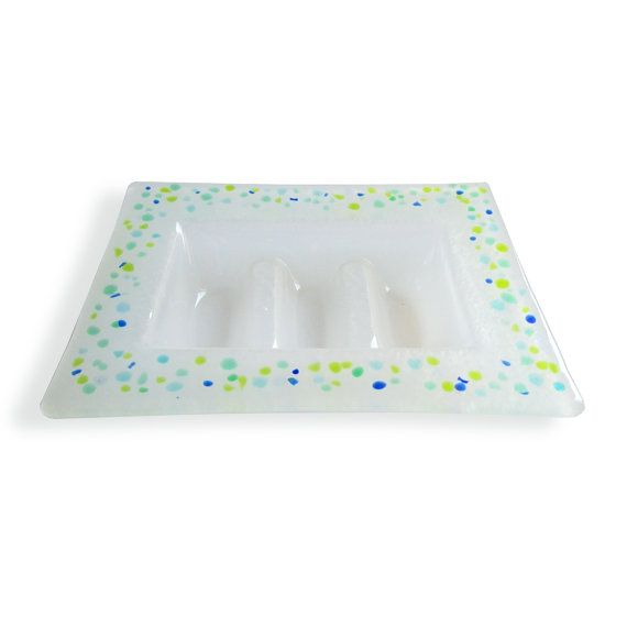 Murano opalescent white glass SOAP dish-Series Lapilli. Made of fused glass and hand-decorated with green, blue and blue glass beads.  Measurements: 14x10 .5 cm Glass thickness: 3-4 mm  Practical and easy to clean, this SOAP will not allow your bar of SOAP remain wet! Resistant to small bumps (evidenced by the fact that I myself support a bit too vigorously on the sink!).  We do not recommend washing in the dishwasher.  Magma products glasses are all individual pieces! The craftsmanship…