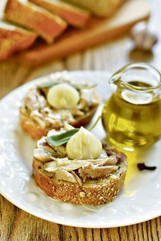 Курица с чесноком приготовленная таким интересным способом способна удивить даже самых изощрённых едоков. Любителям румяной куриной корочки повезло, так как для приготовления бутербродов кожа не нужна и её следует удалить. Ломтики зернового хлеба необходимо подсушить в духовке или поджарить на сухой сковороде, сбрызнуть оливковым маслом. Если у вас есть дачный огородик или добротный приусадебный участок, […]