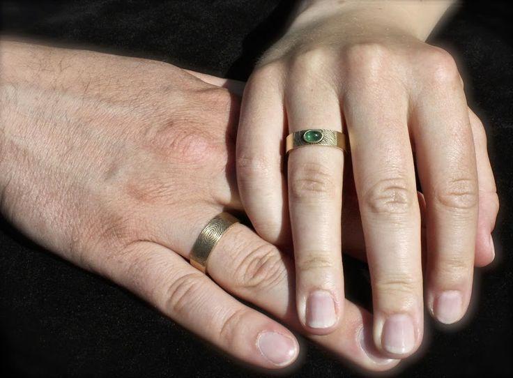 Gouden Trouwringen met Smaragd en vingerafdruk en aan de binnenkant handgeschreven namen.