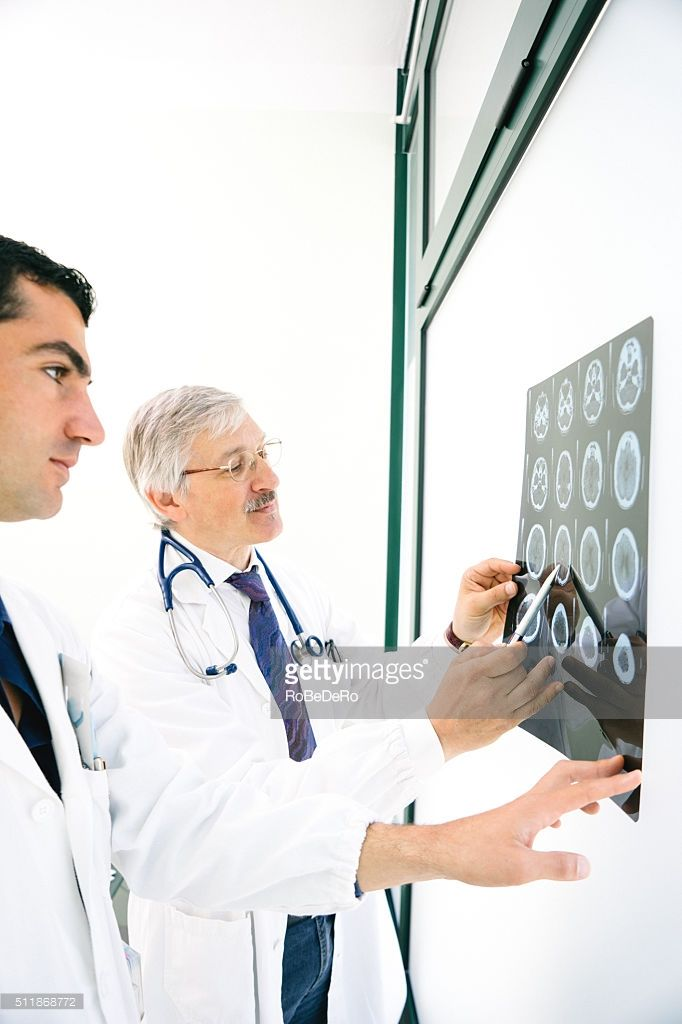 Photo : Doctors Consult Over An MRI Scan Of The Brain