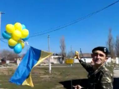Военные избатальона морской пехоты поднимают в Крыму государственный флаг