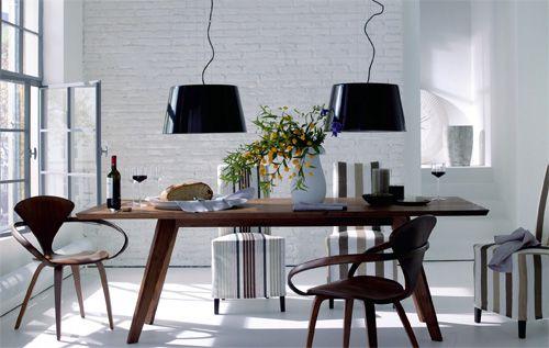 Nie moglismy sie zdecydowac jaki stol kupic, gdzie postawic i gdzie lampe nad nim powiesic. Moze wiec powiesic dwie? ;-)