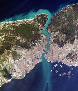 Estambul - Entre dos continentes: la casa del rey, tocando el agua.