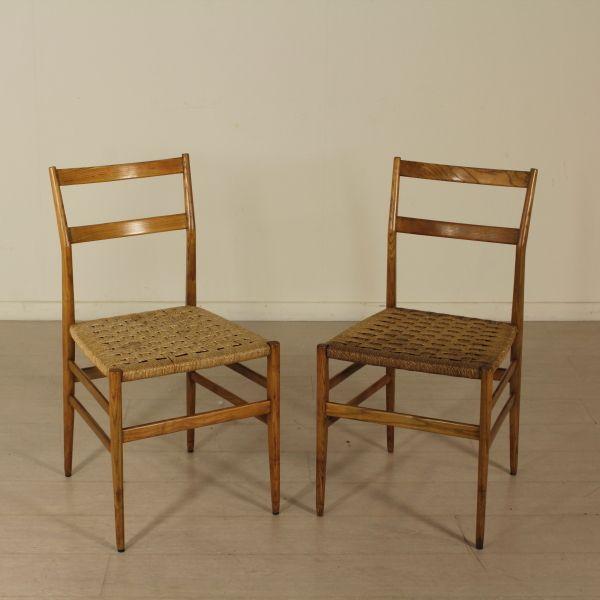 Coppia di sedie; legno di frassino, seduta in corda intrecciata. Buone condizioni, presentano piccoli segni di usura.