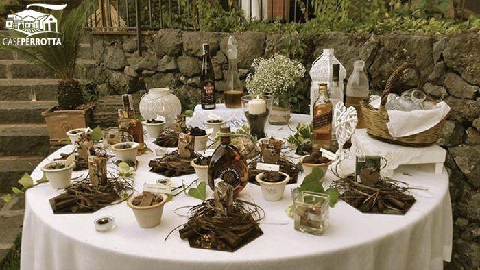 Tavolo dei sigari e del cioccolato per matrimonio sul prato