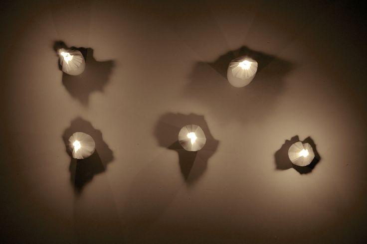 A buď svetlo, kolekcia porcelánových svietnikov
