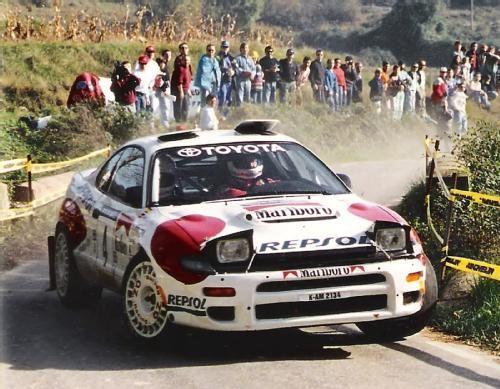 Carlos Sainz y Luis Moya Toyota Celica 4WD Rally Cataluña 1992 : En junio de 1990 gana su primer rally mundialista en Grecia y en 1990 y 1992 conquista los dos mundiales que tiene en su haber, ambos con el Toyota Celica. Abandona este equipo por incompatibilidad entre su patrocinador (Repsol) y el de Toyota (Castrol), y corre el mundial de 1993 con un Lancia Delta de la Jolly Club que no fue desarrollado en toda la temporada, en lo que fue su peor año como piloto profesional. En 1994 y 1995…