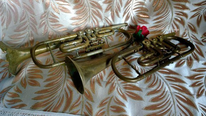 """2 Tromba trompetten moeten worden teruggezet """"Konrad Weidlich Regensburg"""" - Duitsland en """"Ignaz Lorenz in Linz"""" Oostenrijk  2 trompetten voor restauratie oude Tromba trompet Duitsland """"Konrad Weidlich Regensburg""""en een ander trompet """"Ignaz Lorenz in Linz"""" OostenrijkPer il restauro  EUR 1.00  Meer informatie"""