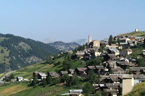 Situé à 2042 m d'altitude, Saint-Véran ne se contente pas d'être la plus haute commune d'Europe, c'est aussi un des plus beaux villages de France. Là haut, tout est hors du temps de par l'architecture des maisons, des fontaines et des fours banaux. Les randonnées ne sont pas en reste et satisferont petits et grands marcheurs avec le GR58 ou des promenades à la journée autour de sommets à plus de 3000m d'altitude.