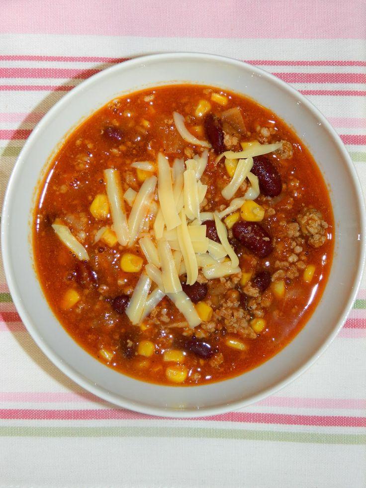 ZUPA MEKSYKAŃSKA  (Przepis Kasi)  Składniki (6 porcji):   80 dag karczku wieprzowego  3 cebule  2 puszki fasolki czerwonej  1 puszka kuku...