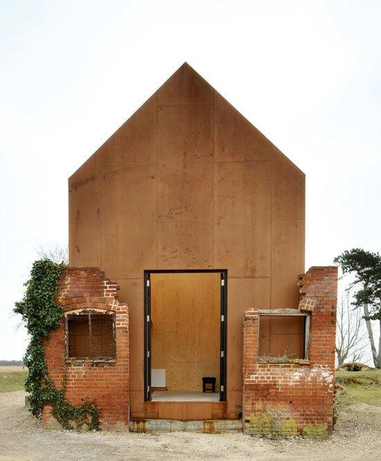 Précaire et poétiques, cette construction offre une image rêvée du refuge. Le dépouillement est une richesse ou, comme l'écrivait Jean Cocteau : « Je vis ici, de rien dans ma cabane, si heureux et si riche »
