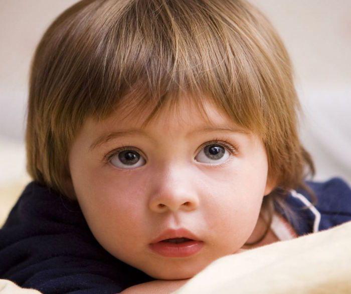 coiffure bebe petit garçon coupe au bol enfant jeune chatain clair