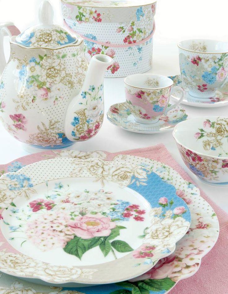Printemps by Easy Life: una fresca collezione di oggetti per la tavola in porcellana, adornati da fiori e trame a pois nei toni del rosa, beige e azzurro, con particolari accenti dorati, per la...