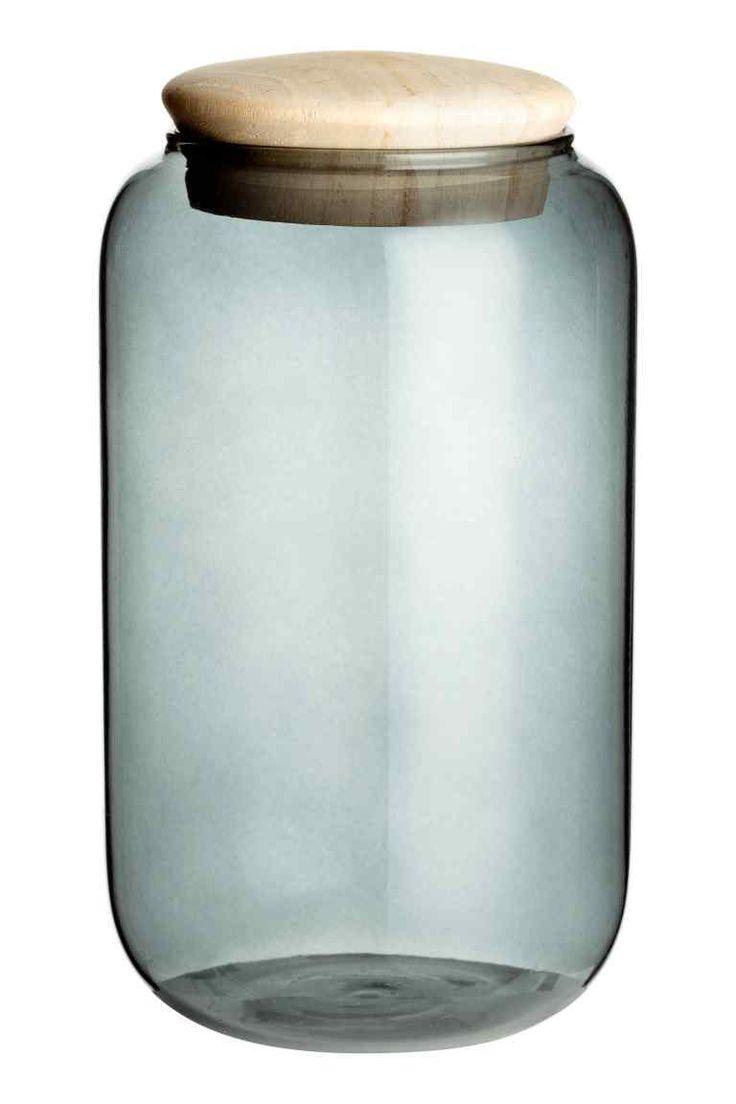 Szklany pojemnik z pokrywką: Szklany pojemnik z drewnianą pokrywką. Wysokość 19,5 cm, średnica ok. 10,5 cm.