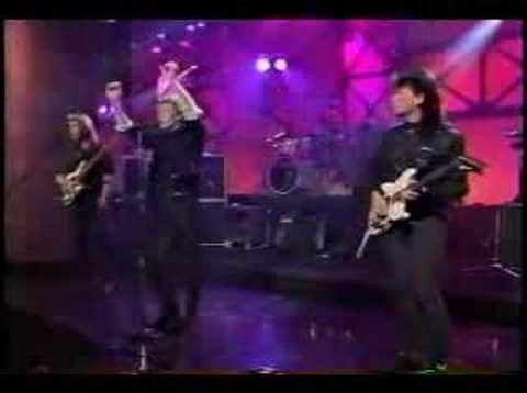 "Wa Wa Nee performing ""Sugar Free"" (live)"