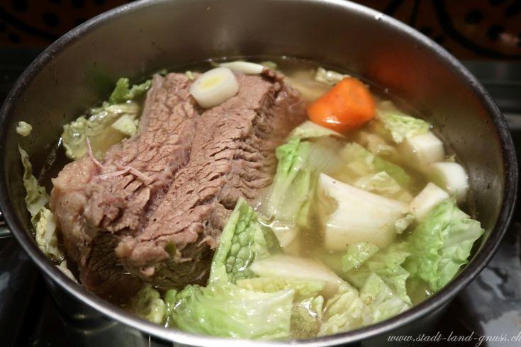 Siedfleischtopf. Rezept für eine gesunde Kraftsuppe mit Gemüse. Fleischsuppe mit Siedfleisch und Wintergemüse.
