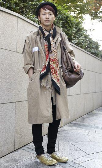 スポンサーリンク // //   古着屋さんでよく見かけるバーバリーのロングコート。  オーバーサイズで古めかしい印象ですが・・・ 今日はオシャレに着こなすちょっとしたワザをお教えします。   古着のロングコートが着こなせれば圧倒的な節約に・・・!   メンズのロングコートってとにかく値段が高い。  というのも「男性でカジュアルでロングコートを着用する」という人口がまず圧倒的に少ない。物は基本的に数を作れば一枚あたりの単価は安くなるものです。「着用する人数が少ない」となるとその時点で値段は限界が見えてしまいます。誰もが着るプリントTシャツなどはどこのブランドでもよく売れますからある程度安くできますが、ロングコートとなるとそうはいきません。  また単純な理由ですが、ロングコートは作るのにコストがかかります。例えばTシャツ。Tシャツはパーツが...