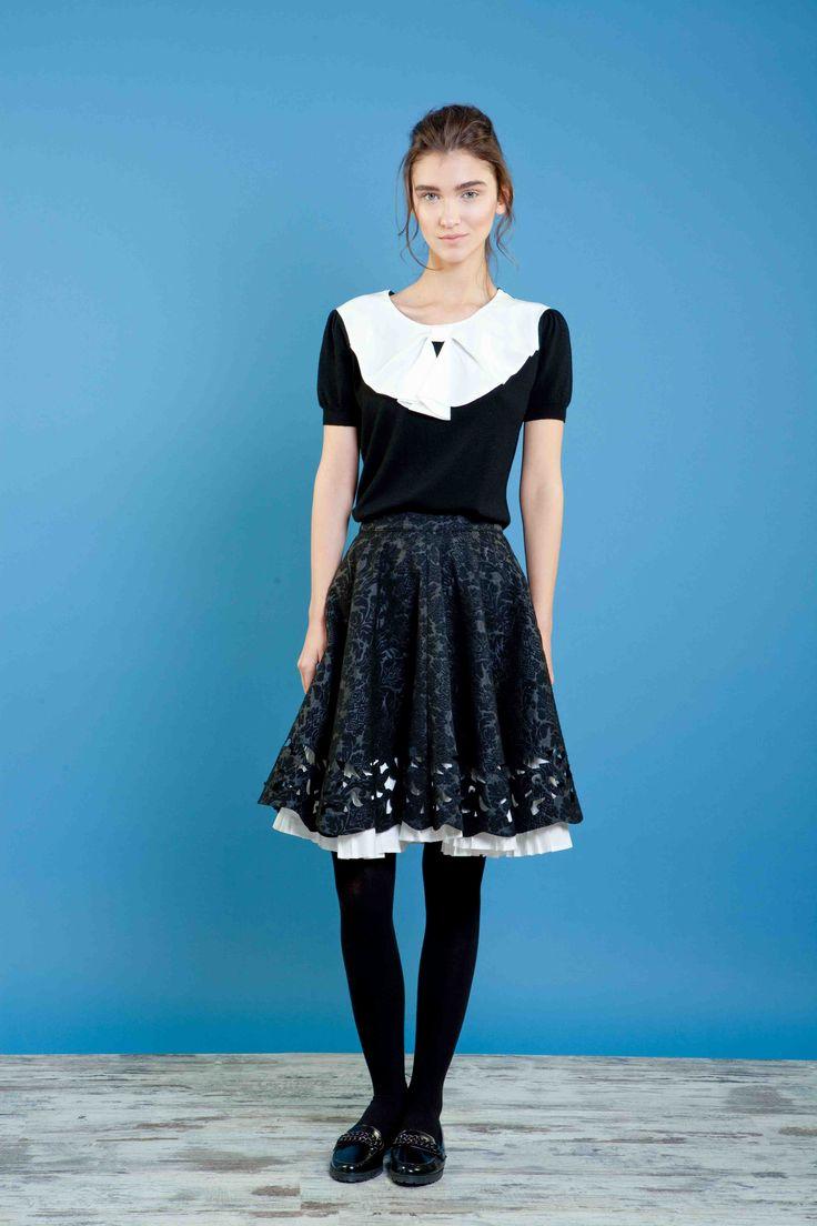 Girocollo in maglia con colletto in crepe di seta, gonna di jacquard intagliata con inserto di cotone plissettato #bonton #princesse #metropolitaine #fashion #sweater #skirt #inlaywork