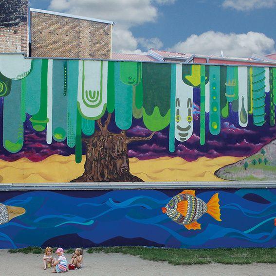 """Die Freiraumgalerie ist seit 2012 in Freiimfelde, einem Stadtviertel im Osten von Halle aktiv. In den letzten 3 Jahren haben hier lokale und internationale Künstler*innen insgesamt 72 Wandbilder gemalt. Der Bildband """"Stadt als Leinwand"""" zeigt eindrucksvoll, was urbane Kunst in unseren Städten ermöglichen kann. #crowdfunding #startnext #streetart #graffiti"""