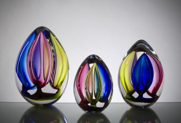 """Briefbeschwerer """"Tricolore"""": Design Lennart Nissmark. Die drei transparenten Farben rot, gelb und blau verschmelzen hier zu einem besonderen Farbenspiel. Erhältlich in drei Größen."""