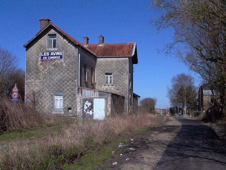 Ancienne gare des Avins(-en-Condroz), manifestement en ruines...sur l'ancienne ligne Huy-(Fourneau)-(Marchin)-Pont-de-Bonne (Modave)-Clavier/station-Les Avins-Havelange-Hamois-Emptinne-Ciney... transformée en RAVeL (126).