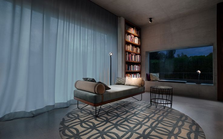 ceiling: lui pico | floor: lei lettura | window: lei tavolo