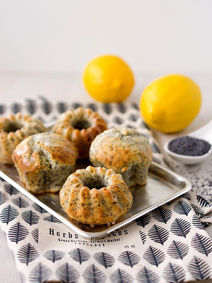 Jestli máte rádi kombinaci máku a kyselejšího citronu, přijdete si na své u těhle muffinů. A zvlášť, jestli nemáte mlýnek na mák, protože ...