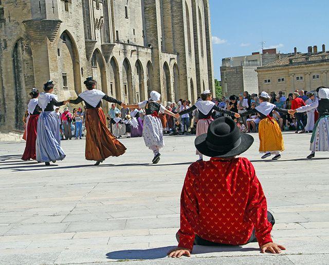 Farandole au Festival d'Avignon, France. http://www.lonelyplanet.fr/article/12-festivals-ne-pas-manquer-en-france-cet-ete #farandole #festival #Avignon #spectacle #musique #théâtre #été #voyage #France