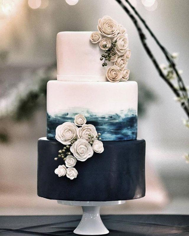 Gastronomia | As cores e decoração do bolo seguem as estacões do ano e o tema do casamento. Quando vimos este bolo, logo pensamos em outono/inverno. O azul petróleo da primeira camada nos faz lembrar o mar no inverno e o vento na areia, onde o tom está simbolizado nas flores. #icasei #decoraçãodecasamento #weddingdecoration #casamento #wedding#bolodecasamento #weddingcake #weddingsweets
