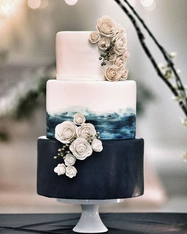 Gastronomia   As cores e decoração do bolo seguem as estacões do ano e o tema do casamento. Quando vimos este bolo, logo pensamos em outono/inverno. O azul petróleo da primeira camada nos faz lembrar o mar no inverno e o vento na areia, onde o tom está simbolizado nas flores. #icasei #decoraçãodecasamento #weddingdecoration #casamento #wedding#bolodecasamento #weddingcake #weddingsweets