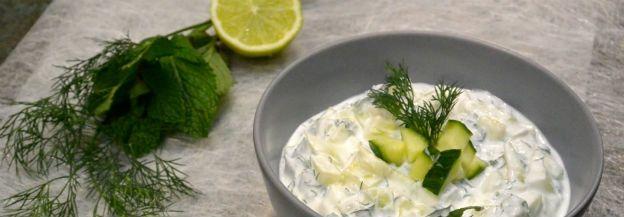 Tzatziki is een lekker fris Grieks bijgerecht om echt van te genieten. Dit is een recept voor een gezonde versie van tzatziki.