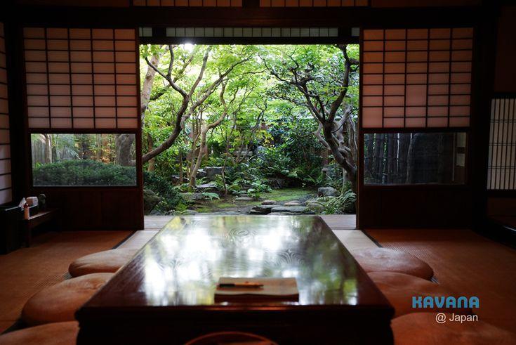 在京都住過不少旅館、町家民宿、日式/西式Hostel,每一間都有不同的特色,每一間都有不同的優缺點,但像鯉屋這樣驚艷的住宿體驗還真的不多-當我看到鯉屋庭院的那一刻,我真的不由自主地露出了笑容:「太狂了