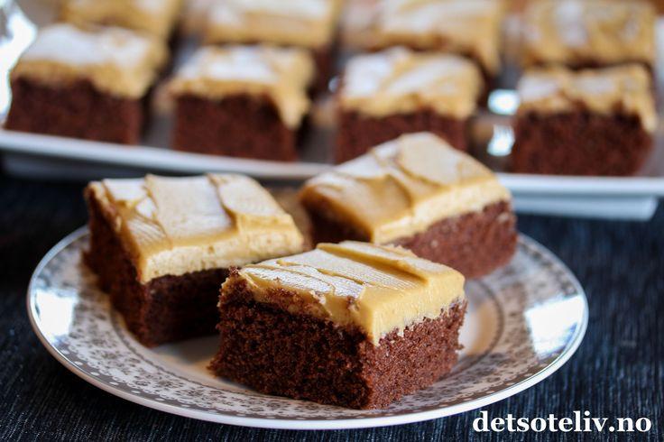 """Sponset innlegg. I dag er det den internasjonale kaffedagen, og som en hyllest til den deilige smaken av nytraktet kaffe har jeg allerede før i dag postetdenne giveawayen der du kan vinne en fantastisk flott kaffetrakter,""""SvartPresisjon""""fra Wilfa og 10 stk Viktorkrus fraPorsgrunds Porselænsfabrik- og nå kommer det her i tillegg en nydelig sjokoladekake med mokkaglasur. Sjokoladekakestykkene smaker nydelig til en god kopp kaffe! Oppskriften er til liten langpanne."""
