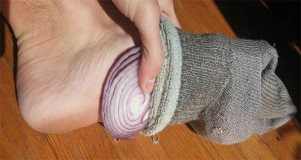 En médecine chinoise, il est estimé que les pieds sont en contact fort et direct avec et tous les organes internes, grâce aux «méridiens» qui sontdansle corps entier. D'autre part, les oignons et l'ail ont une grande capacité d'absorption desbactéries et de nettoyage du corps. Quand ces deux éléments se rencontrent, vous obtenez la recette …